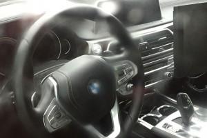 Fotón a vadonatúj BMW 5 műszerfala