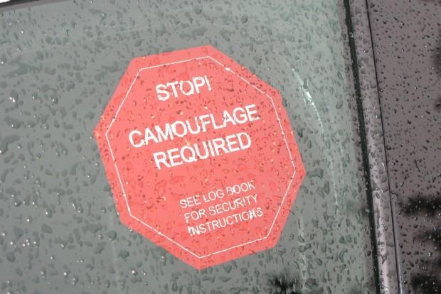 Stop! Álcázás kötelező! - hirdeti a felirat. Arra hívták fel ezzel a figyelmet, hogy belül sem szabad fényképezni
