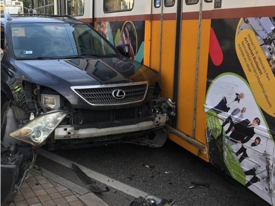 Villamos és autó ütközött Budapesten