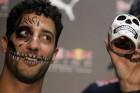 F1: Ricciardo rémisztő fejjel ment emberek közé