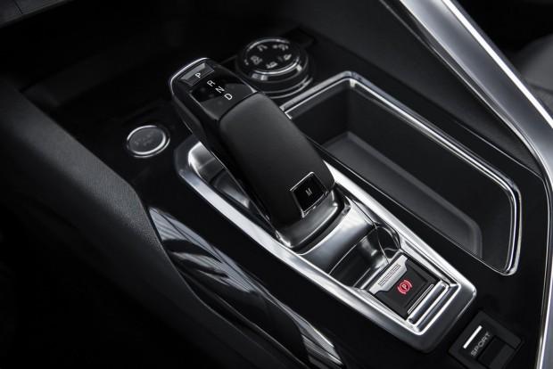 Elegáns, kicsit a BMW-ére emlékeztető az automataváltó előválasztó karja. A fokozatok között kézzel csak a fülekkel váltogathatunk