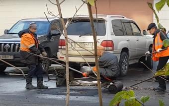 Tragikusan vicces orosz útjavítás, emberi úthengerrel