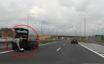 Lerobbant autóval megállni a belső sávban?