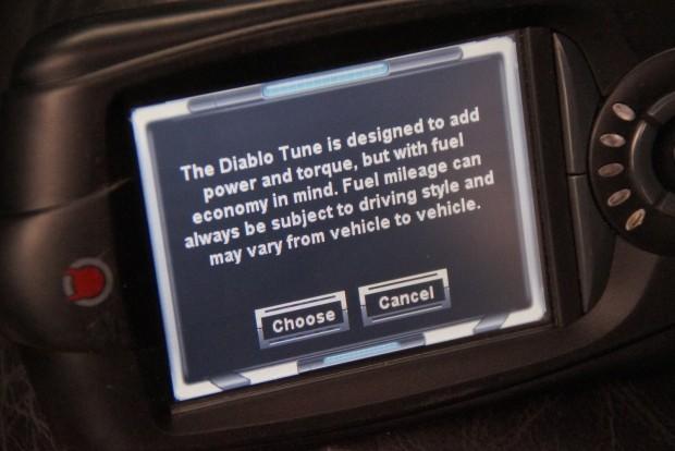 Ez már a komolytalanság szintje még amerikai mércével is: figyelmeztető üzenet, hogy a hatliteres V8 beállításainak változtatása befolyásolhatja a fogyasztást, mint ahogy a vezetési stílus is