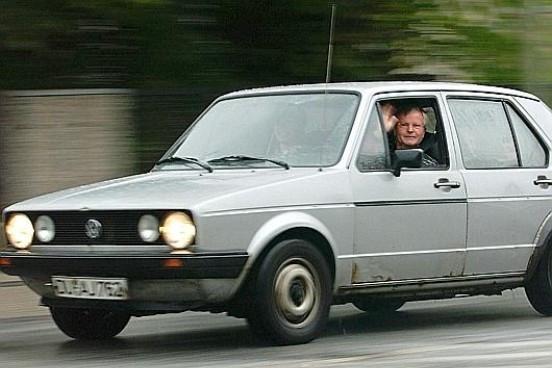Meddig megy el a Golf? Ha vigyáznak rá, és főleg nem adják el, akár egymillió kilométert is. Egy Hans-Dieter Gehlen nevű német pasas 1983-as gyártású, tehát első szériás Golfja 2003 februárjában, húszévesen hivatalosan túlfordult a 999 999 kilométeren. 70 lóerős benzinmotorja soha nem lépett túl a 3000/perc fordulatszámon, a most 70 éves bácsi 110-nél egyszer sem ment gyorsabban autójával.