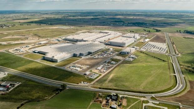 A megnyitóra a gyár teljes készenlétben állt, azonban a vasúti szállításhoz szüksége vágányok fektetése még nagyban folyt ottjártunkkor.