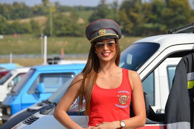A járokszállási önkéntes tűzoltók hoszteszlánya mosolyra derült miután megtudta, hogy a Vezess objektíve kémleli őt.
