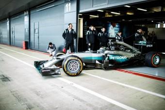 Motoros világbajnok vezette a Mercedes F1-esét