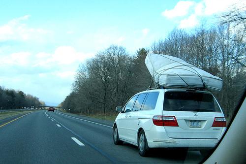 A kép csupán illusztráció, ám jól mutatja, hogy a menetszél a matrac alá kap, és leemeli azt a tetőről.