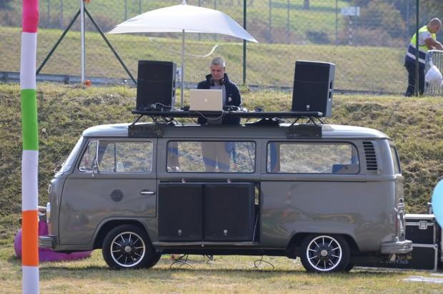 A hippifalu muzikwagenje. Egész nap erről ment a retró zene.