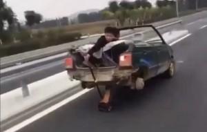 Döbbenetes kabrió Maruti két kerékkel és emelővel az autópályán