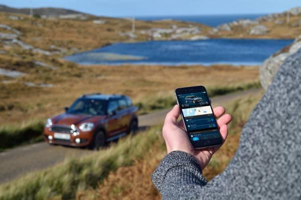 MINI Find Mate: az okostelefonos integráció hagyományos funkcióin túl az autó képes megtalálni a cuccunkat, ha hanyagok voltunk. Ehhez csak elektronikus címkét kell akasztanunk a táskánkra, és a Mini (meg a telefonunk) tudni fogja, merre keresse a tatyót.