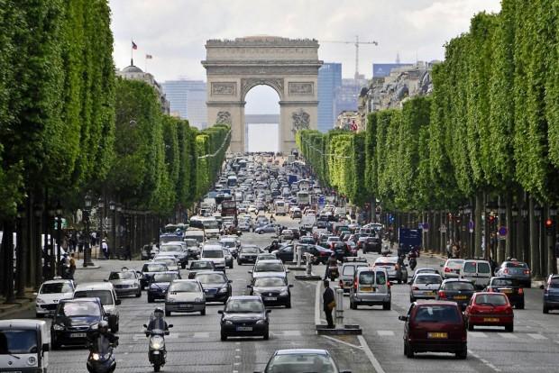 A Champs-Elysees-n már csak '97 utáni autók gurulhatnak napközben. De dízelek is
