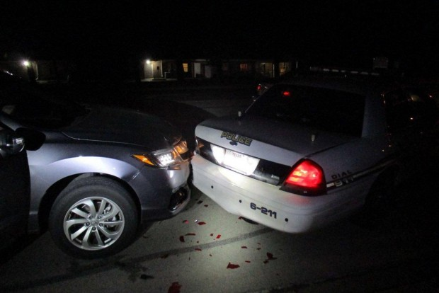 Félmeztelen nő tört össze egy rendőrautót