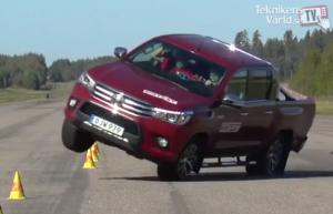 A Toyota Hilux még mindig könnyen borul