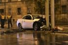 Belehalt sérüléseibe a Budapesten oszlopnak ütközött autó sofőrje – megrázó képek