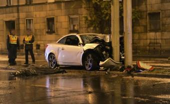 Belehalt sérüléseibe a Budapesten oszlopnak ütközött autó sofőrje - megrázó képek