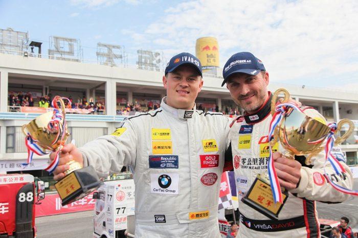 A két cseh pilóta Kínában: Adam Lacko (balra) és David Vršecký (jobbra).