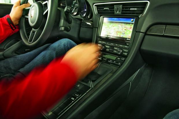 Ez az igazi szórakozás: sportkocsit kézzel kapcsolni. A kar rövid úton jár, pontos és élvezetes