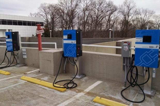 BMW töltőállomás valahol az USA-ban, ahol már egy éve zajlik egy hasonló projekt a BMW és a VW közreműködésével