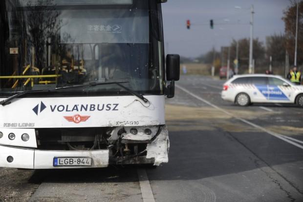 Bicske, 2016. november 20. Rendõrök helyszínelnek 2016. november 20-án az 1-es fõúton Biatorbágy és Bicske között, ahol összeütközött egy menetrend szerinti távolsági busz egy személygépkocsival. Az autót vezetõ férfi a helyszínen életét vesztette, a busz utasai nem sérültek meg. MTI Fotó: Mihádák Zoltán