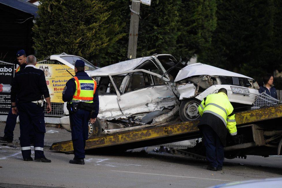 Érd, 2016. november 20. Rendõrök helyszínelnek 2016. november 20-án Érd belterületén, ahol összeütközött két személyautó. A balesetben egy utas életét vesztette. MTI Fotó: Mihádák Zoltán