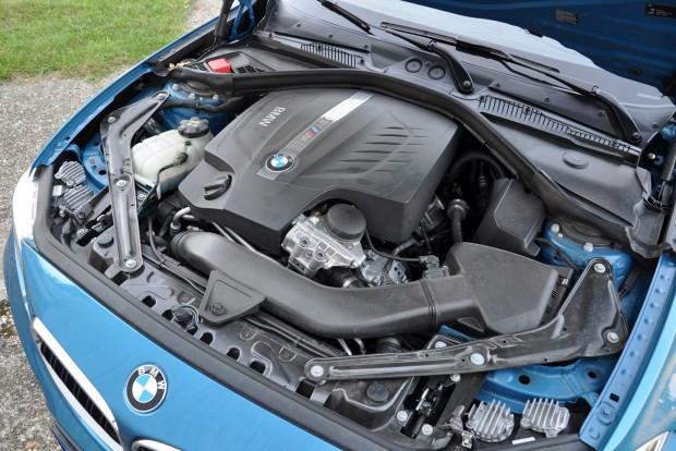 Ez nem az S55B30 az M3-ból, hanem alapjaiban az X4 M40i egyturbós motorja 370 lóerővel. Kovácsolt a forgattyústengely, más a dugattyú meg a gyertya és duplakuplungos váltót rendelve az M2-ben külön olajhűtő jut a váltónak. Az olajozási rendszer versenypályán is biztosítja a megfelelő kenést