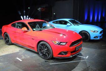 Kékben, feketében csillog a Ford Mustang