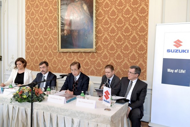 A Suzuki vezetői a csütörtöki sajtótájékoztatón, Krisztián Róbert balról a második, Yoshinobu Abe pedig középen foglal helyet