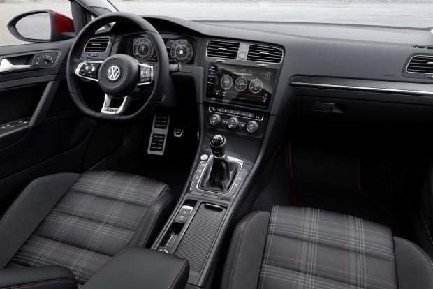 A Golfhoz is rendelhető a 12,3 colos virtuális műszeregység, ötféle megjelenítési profillal. A harmadik generációs parkolórobot immár orral előre is képes beállni a helyre.
