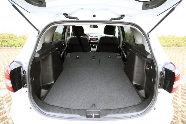 Szép nagy, sík felület alakítható ki az autó hátuljában