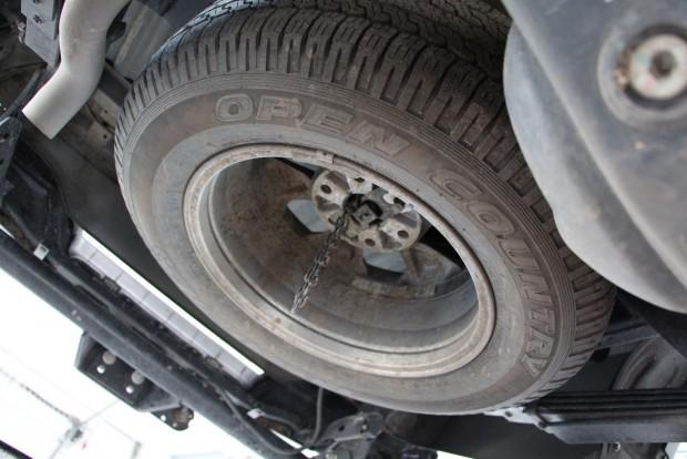 A pótkerék minden pickupon a plató alatt lóg hátul, javít valamicskét az orrnehézségen és könnyű levenni, ha kell