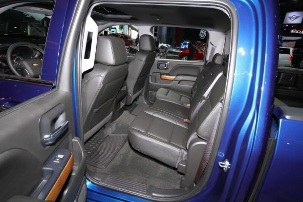 Chevrolet Silverado hátsó üléssor. Megnézném, aki itt a lábtérre panaszkodik