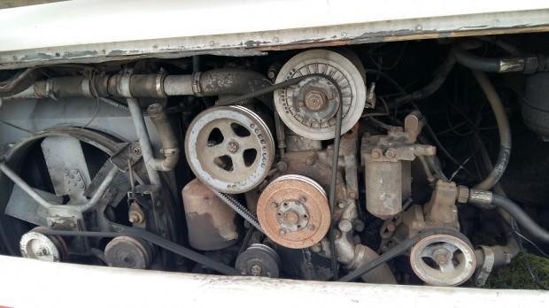 A 26 éves ZiL motor még most is vidáman kiviszi a 90-100 kilométer/órás sebességet.