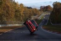 Két keréken száguldott végig a Nürburgringen ez a Mini