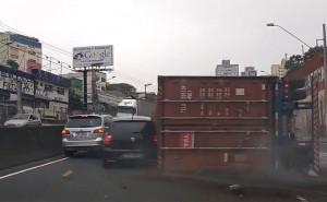 Váratlanul kamion borult az útra