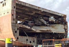 Így emelnek ki egy teherhajót és 1400 autót a tengerből