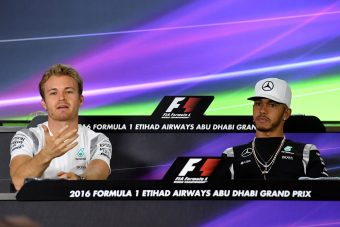 F1: Övön aluli ütés Hamiltontól Rosberg ellen