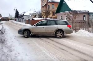 Az önjelölt driftmester szűk utcában mutatta meg, mit tud Subaruval