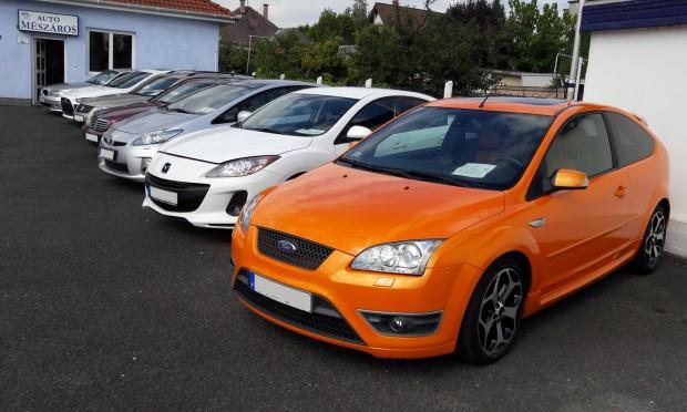 Ezt a mutatós Focus ST-t a Szentendrei úton láttuk az Autó Mészárosnál. A narancssárga fényezés felára 299 000 Ft volt