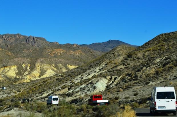 A hegyoldalakon végeláthatatlan hosszúságban kacskaringóznak az egysávos utak.