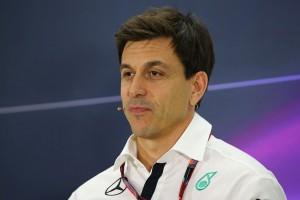 F1: A Mercedes-főnök is könyvben mondja el?