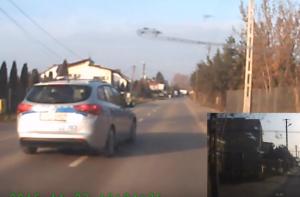 Ez a sofőr betartotta a 30-as táblát, még a rendőr is megelőzte