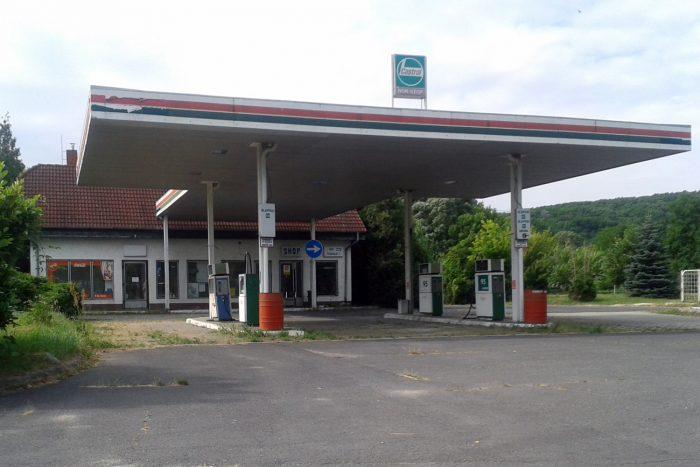 Bezárt töltőállomás Nyugat-Magyarországon. Nemcsak az autók laborban mért fogyasztása csökken