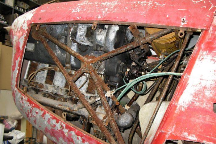 A legjobban a motortartó kicsit rozsdás csőszerkezete látszik, de mögötte ott a német gyártmányú, 105 lóerős, lógóhengeres Hirth HM 504-es motor