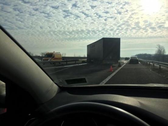 Szalagkorlátot bontott egy kamion az M5-ösön