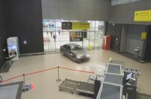 Ámokfutó Ladás tört be egy orosz reptérre, a rendőrök gyalog üldözték