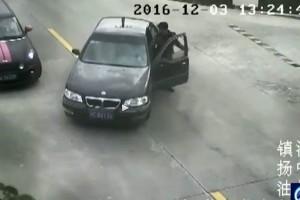 Elguruló autóval indul a videó, de várd ki a végét