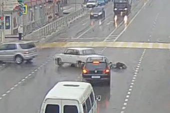 A jobb oldalon esett ki a Lada sofőrje, mert nem volt bekötve!