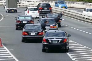 Ahogy a japán diplomatakonvoj pályára hajt, azt látni kell